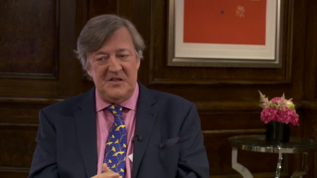 """stephen fry saying if you tell a story in """"an exciting and refreshing way, then people will make their own connections"""" - スティーブン フライ点の映像素材/bロール"""