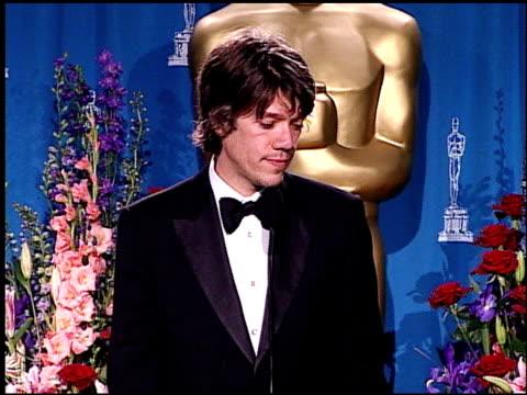 vídeos de stock e filmes b-roll de stephen gaghan at the 2001 academy awards at the shrine auditorium in los angeles california on march 25 2001 - 73.ª edição da cerimónia dos óscares