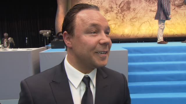 vídeos de stock e filmes b-roll de stephen graham on johnny, the crew, wardrobe, location, makeup and more at the pirates of the caribbean - on stranger tides uk premiere at london... - closet