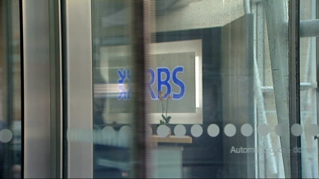 stephen hester waives rbs bonus t23011203 revolving doors at the entrance of rbs building - ロイヤル・バンク・オブ・スコットランド点の映像素材/bロール