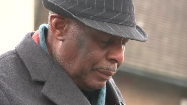 vidéos et rushes de neville lawrence interview as 25th anniversary approaches england london eltham ext neville lawrence and reporter along street towards memorial... - plaque rue