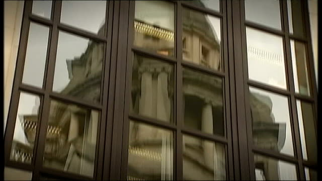 stephen lawrence murder trial: jury retires to consider verdict; old bailey court and scales of justice statue reflected in window old bailey - 正義の天秤点の映像素材/bロール
