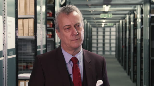 stockvideo's en b-roll-footage met stephen tompkinson on his latest theatre role playing ebenezer scrooge - stephen tompkinson interviews at getty images archive on october 29, 2018 in... - stephen tompkinson