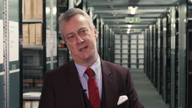vidéos et rushes de interview stephen tompkinson on the differences between film tv and theatre stephen tompkinson interviews at getty images archive on october 29 2018... - stephen tompkinson
