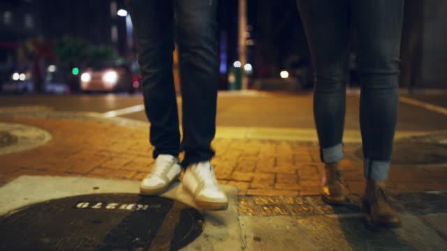 stilvoll aussteigen - boyfriend stock-videos und b-roll-filmmaterial