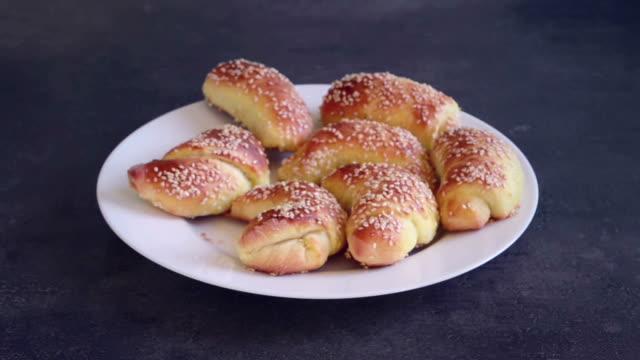 vidéos et rushes de étapes de la fabrication de pains - culture de l'europe de l'est
