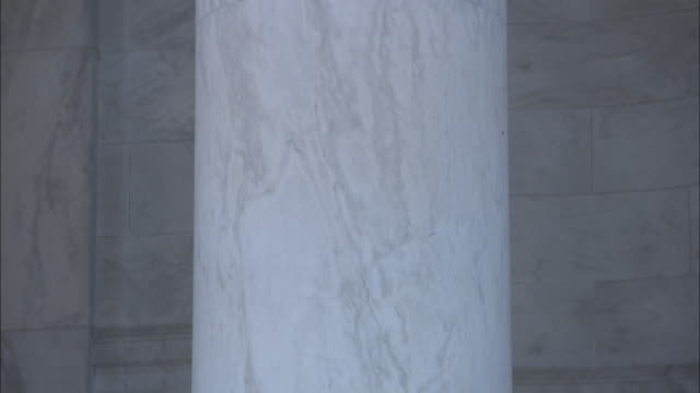 vidéos et rushes de steps lead to a marble column in front of an alcove at a washington d.c. monument. - marbre roche