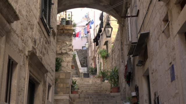 tu / steps lead up a narrow lane in old town of dubrovnik - gasse stock-videos und b-roll-filmmaterial