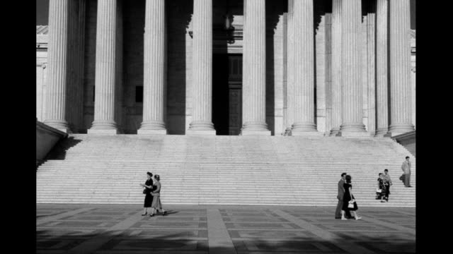 steps of us supreme court people walking by steps of us supreme court people walking by on january 01 1930 - oberstes bundesgericht der usa stock-videos und b-roll-filmmaterial