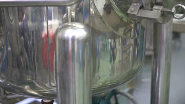 sterila medicinska tillverkning, kvalitetskontroll - läkemedelsfabrik bildbanksvideor och videomaterial från bakom kulisserna