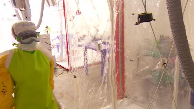 vídeos de stock, filmes e b-roll de sterile treatment centre where ebola sufferers are treated in butembo democratic republic of congo - clínica médica