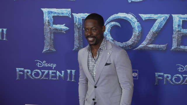 "sterling k. brown at the ""frozen ii"" world premiere at dolby theatre on november 07, 2019 in hollywood, california. - 首映 個影片檔及 b 捲影像"