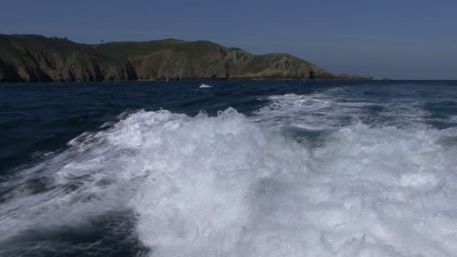 vídeos de stock e filmes b-roll de stern wake of boat. channel islands, british waters - ilhas do canal da mancha