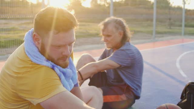 stertching efter bra basket match - 50 54 år bildbanksvideor och videomaterial från bakom kulisserna