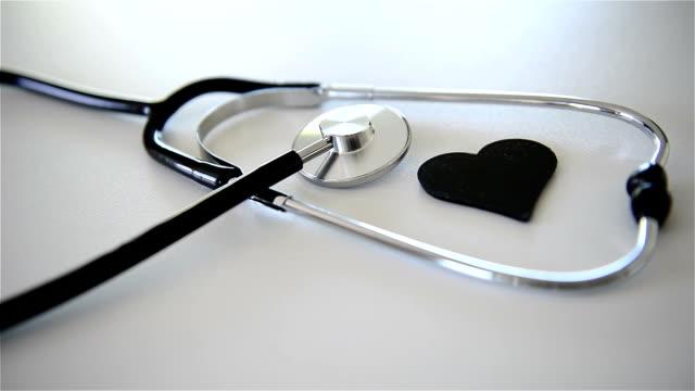vídeos de stock, filmes e b-roll de estetoscópio e coração - estetoscópio