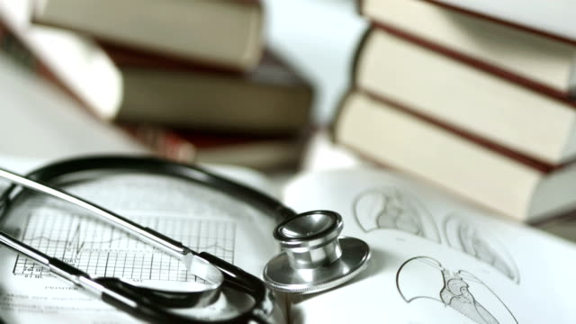 hd: stethoscope lying on medical books - literature 個影片檔及 b 捲影像