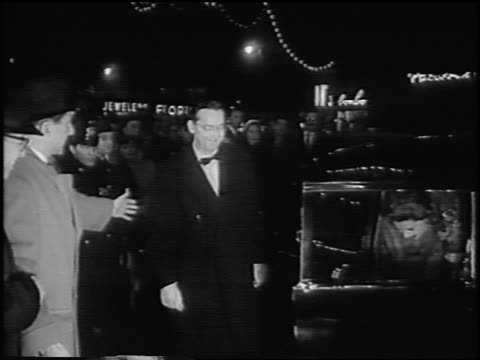 "steve allen + wife jayne meadows exiting limo at premiere of ""the benny goodman story"" - 毛皮のコート点の映像素材/bロール"