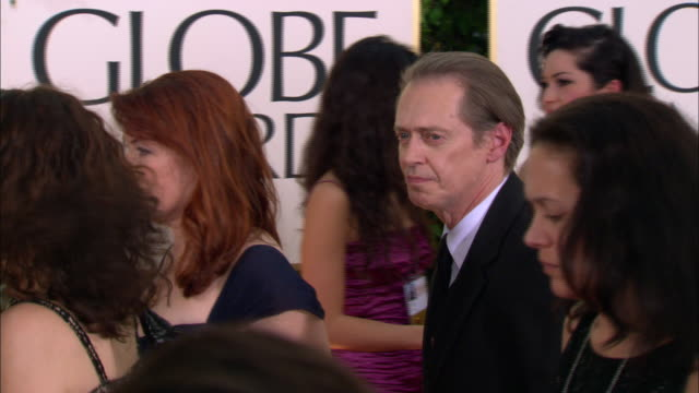 steve buscemi nods and waves as he walks down crowded red carpet at the beverly hilton hotel - steve buscemi stock videos and b-roll footage