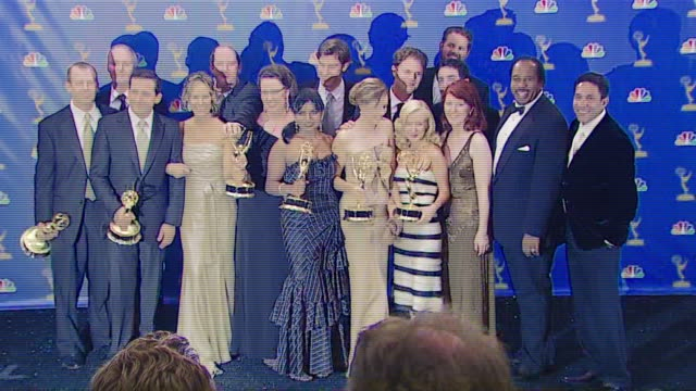stockvideo's en b-roll-footage met steve carell and cast of 'the office' winner outstanding comedy series at the 2006 emmy awards press room at the shrine auditorium in los angeles... - ensemble lid