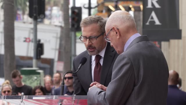 stockvideo's en b-roll-footage met speech steve carell at the alan arkin honored with a star on the hollywood walk of fame in los angeles ca - hollywood walk of fame