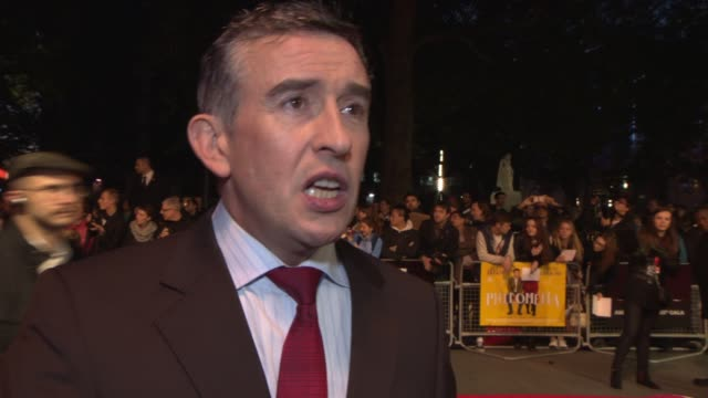 vidéos et rushes de interview steve coogan on the film at 'philomena' red carpet at odeon leicester square on october 16 2013 in london england - steve coogan