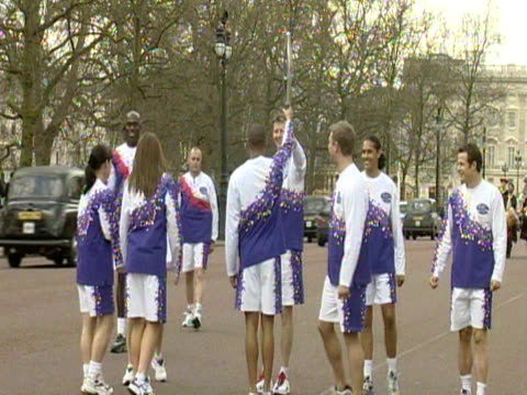 steve cram passes the baton to a group of athletes and celebrities at the start of the golden jubilee baton relay - steve cram bildbanksvideor och videomaterial från bakom kulisserna