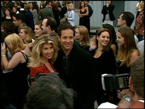steve guttenberg at the 1997 mtv movie awards at barker hanger in santa monica, california on june 7, 1997. - スティーヴ グッテンバーグ点の映像素材/bロール