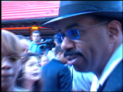 steve harvey at the 'rush hour 2' premiere at grauman's chinese theatre in hollywood, california on july 26, 2001. - ラッシュアワー 2点の映像素材/bロール