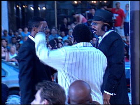 vidéos et rushes de steve harvey at the 'rush hour 2' premiere at grauman's chinese theatre in hollywood, california on july 26, 2001. - rush hour