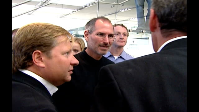 Steve Jobs chatting to people at UK launch of Apple iPhone
