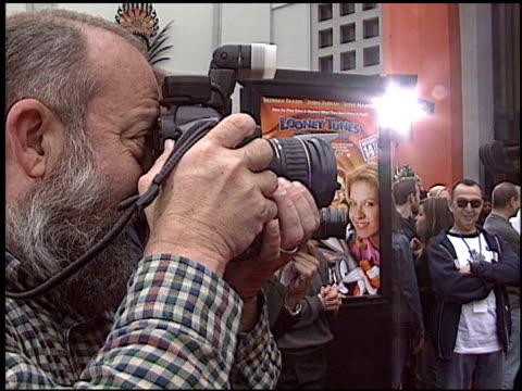 vídeos y material grabado en eventos de stock de steve martin at the 'looney tunes back in action' premiere at grauman's chinese theatre in hollywood california on november 9 2003 - steve martin