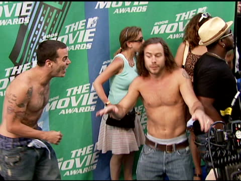steve o and chris pontius at the 2006 mtv movie awards red carpet at sony pictures studios in culver city, california on june 3, 2006. - steve o stock videos & royalty-free footage