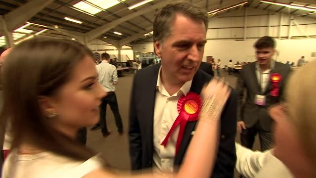 vídeos y material grabado en eventos de stock de steve rotherham being congratulated after becoming mayor of liverpool city - político