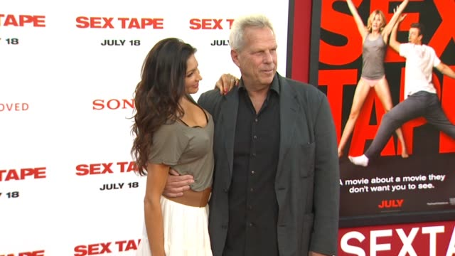 vidéos et rushes de steve tisch at the sex tape los angeles premiere at regency village theatre on july 10 2014 in westwood california - westwood village