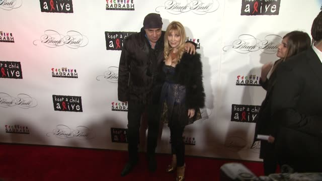 steve van zandt and guest at the keep a child alive's 8th annual black ball - red carpet at new york ny. - スティーブン ヴァン ザント点の映像素材/bロール