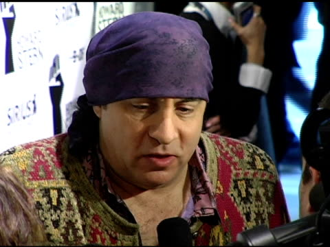 steve van zandt at the howard stern last day live event arrivals and inside at hard rock cafe in new york, new york on december 16, 2005. - ハードロックカフェ点の映像素材/bロール