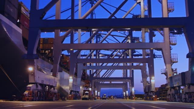 Stauerei ein Containerschiff im Hafen von Long Beach
