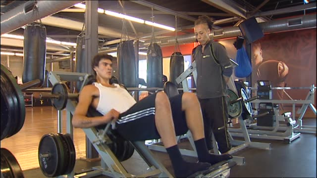 steven adams using leg press while training in gym in 2010 - レッグプレス点の映像素材/bロール