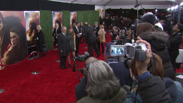stockvideo's en b-roll-footage met steven spielberg and destry spielberg at the world premiere of dreamworks pictures' 'war horse' at new york ny - steven spielberg