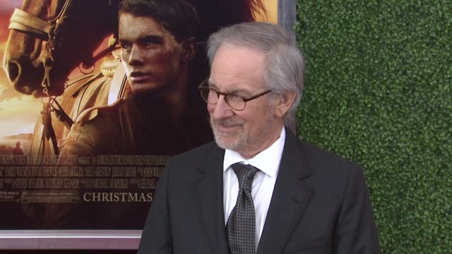 steven spielberg at the world premiere of dreamworks pictures' 'war horse' at new york ny. - war stock-videos und b-roll-filmmaterial