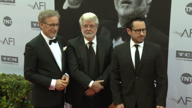 vídeos de stock e filmes b-roll de steven spielberg, george lucas, and j.j. abrams at the afi life achievement awards: a tribute to john williams at dolby theatre on june 09, 2016 in... - the dolby theatre