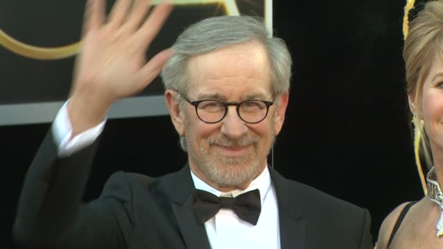 stockvideo's en b-roll-footage met steven spielberg kate capshaw at 85th annual academy awards arrivals on 2/24/13 in los angeles ca - steven spielberg