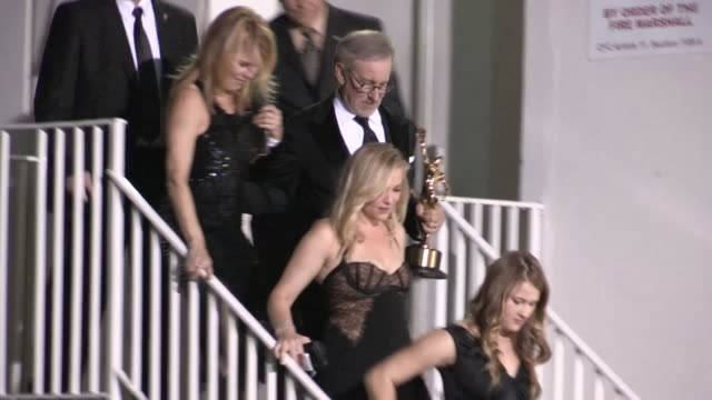 stockvideo's en b-roll-footage met steven spielberg kate capshaw destry allyn spielberg jessica capshaw greet fans at the beverly hilton hotel 02/16/13 - steven spielberg