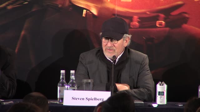 stockvideo's en b-roll-footage met steven spielberg on why people should never give up hope and on how jaws kickstarted his career at the war horse press conference part one at... - steven spielberg