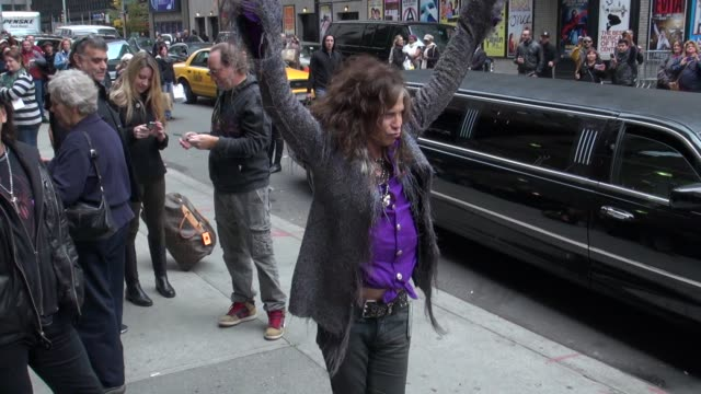 steven tyler of aerosmith arrives at the late show in new york, ny, on 11/01/12 - エアロスミス点の映像素材/bロール