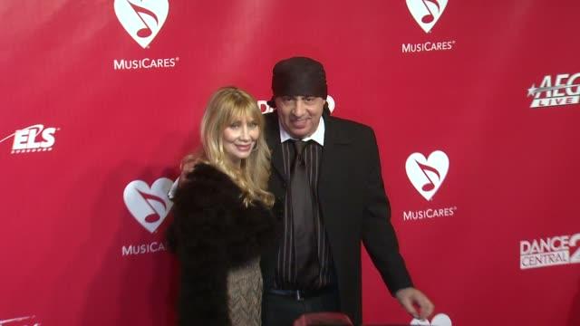 steven van zandt at 22nd annual musicares benefit gala honoring sir paul mccartney on 2/10/2012 in los angeles, ca. - スティーブン ヴァン ザント点の映像素材/bロール