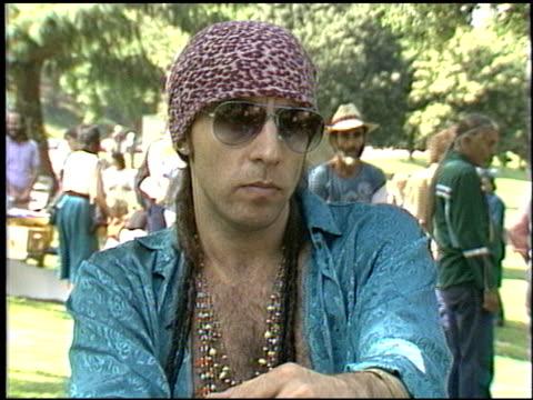 steven van zandt at the big mountain protest with steven van zandt at griffith park in los angeles, california on march 7, 1986. - スティーブン ヴァン ザント点の映像素材/bロール