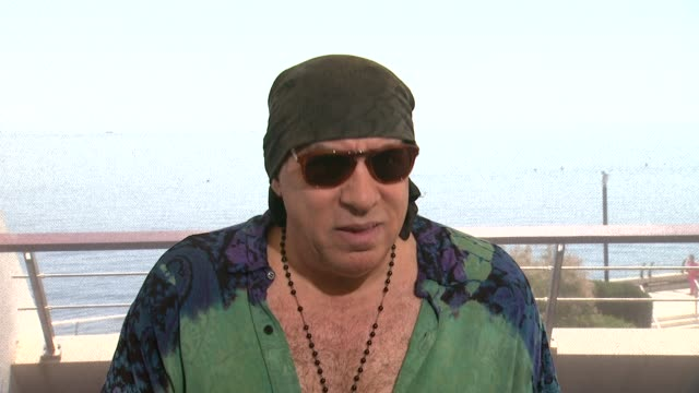 steven van zandt on comparisons between his sopranos character & his character on 'lilyhammer' at the 54th monte-carlo television festival - day 5 on... - スティーブン ヴァン ザント点の映像素材/bロール