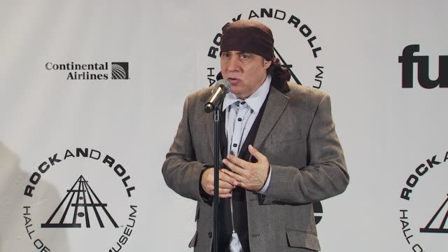 steven van zandt talks about the umbrella of rock and roll growing wider. at the 25th annual rock and roll hall of fame induction ceremony - press... - スティーブン ヴァン ザント点の映像素材/bロール