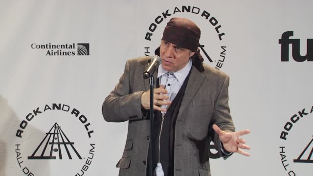 steven van zandt talks about what goes into narrowing down to 5 the original 150 nominees to be inducted into the hall of fame. at the 25th annual... - スティーブン ヴァン ザント点の映像素材/bロール